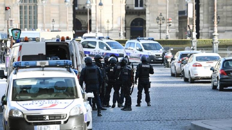 Photo of Francia: Un militar disparó a un hombre que intentó atacarlo en el Louvre.