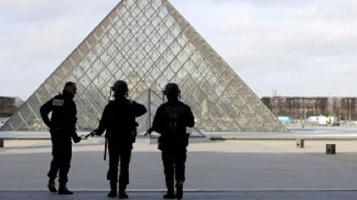 Photo of El Louvre reabrió sus puertas tras el ataque