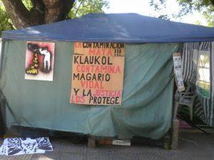 Photo of Acampe de vecinos por la contaminación que produce Parex-Klaukol