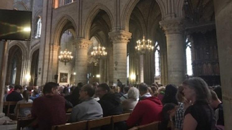 Photo of Tras un tiroteo, 900 personas están atrapadas en la catedral