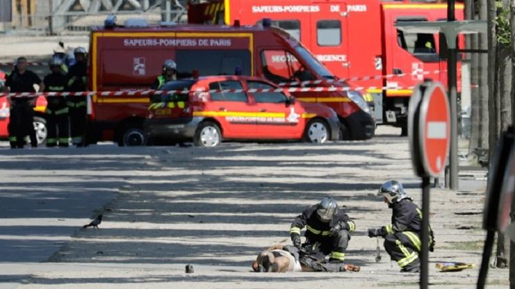 Photo of Un hombre armado chocó una camioneta policial