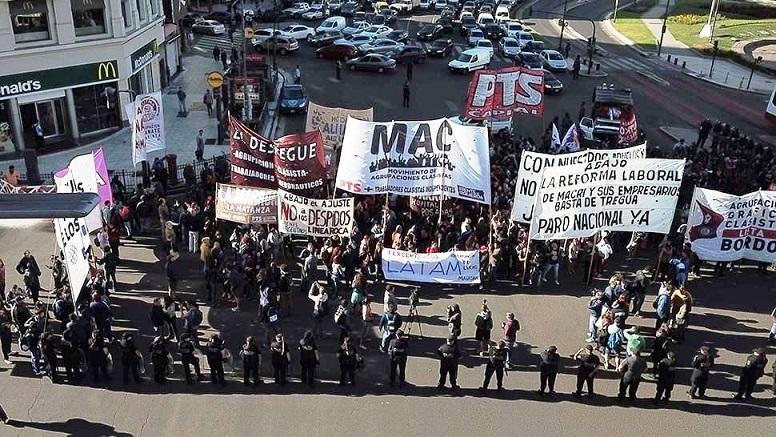 Photo of Protestas contra el Gobierno y la CGT por la reforma laboral