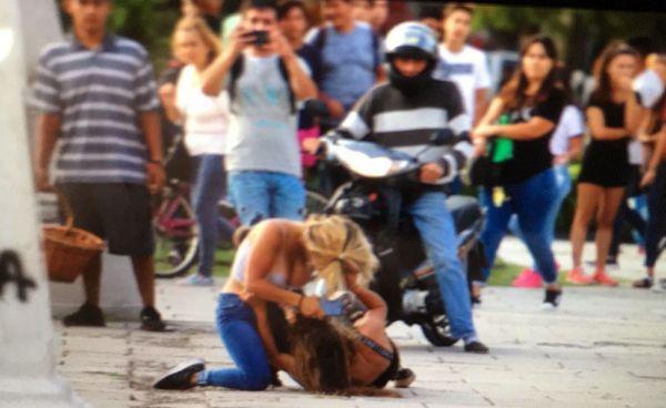 Lamentable: Batalla campal en pleno centro de La Plata terminó con dos heridos
