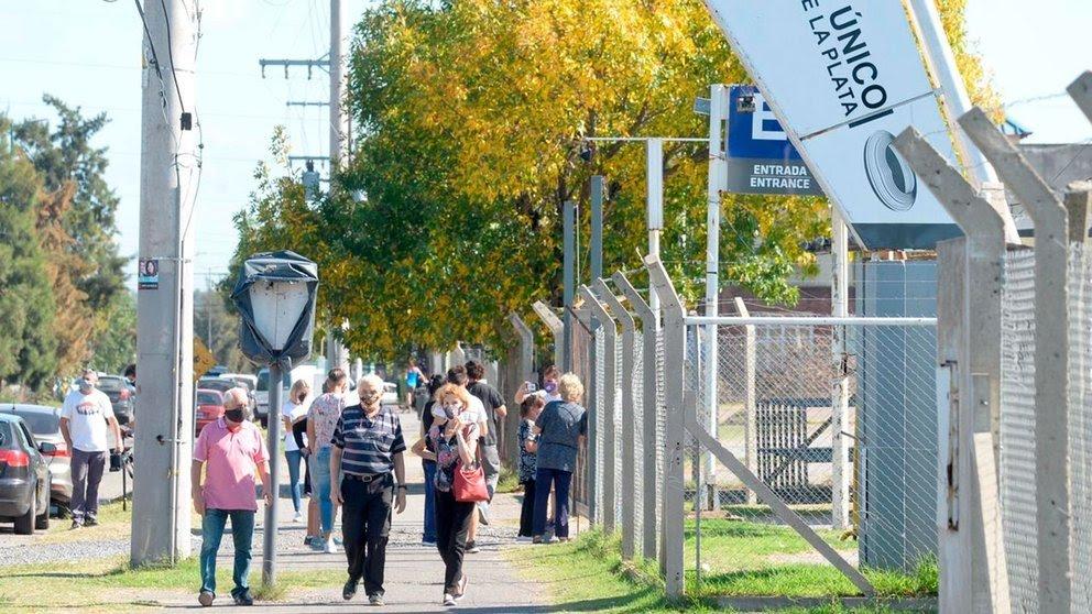 Después del escándalo, el gobierno bonaerense dio marcha atrás y reanudó la vacunación en el Estadio Único de La Plata